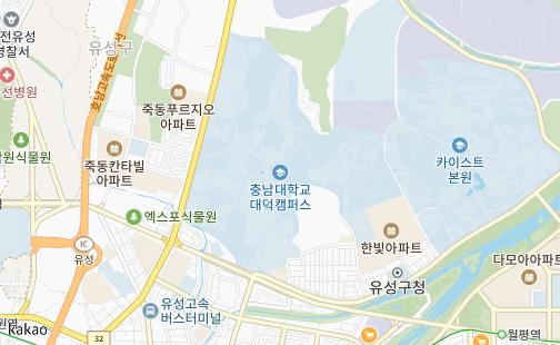 충남대학교 대덕캠퍼스를 나타낸 지도 이미지로 우측으로 KAIST본원이 위치하고 아래쪽으로 궁동 로데오거리가 있으며 좌측으로는 죽동푸르지오 아파트가 있습니다. 호남고속도로 유성IC가 근처에 있으며 유성고속터미널도 근거리에 위치해 있습니다.